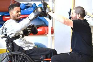 pratiquant de boxe en chaise roulante