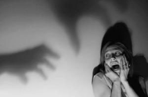 Femme paralysée par la peur