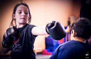 Jeune fille apprenant à boxer