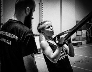 Célia au trx motivé par le coach