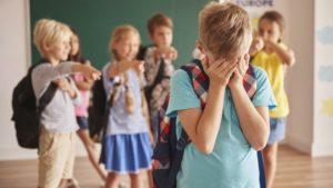 un groupe d'élèves se moque d'un seul enfant
