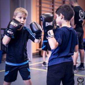 deux enfants occupés à boxer