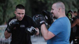 un pratiquant de boxe occupé à frapper