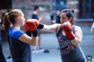 Deux filles qui bose en self-defense